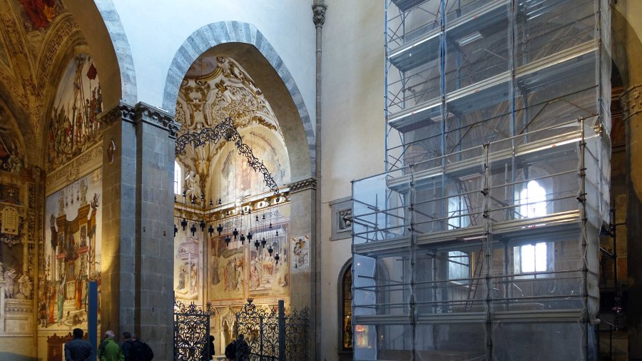 Right transept, Santa Maria Novella, Filippo Strozzi Chapel left, Bardi Chapel (Gregory) center, Rucellai Chapel under scaffolding